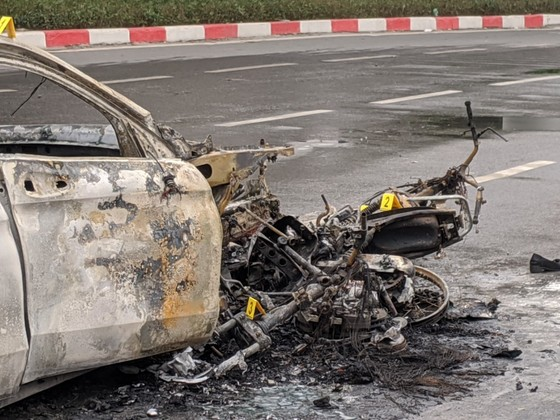 Va chạm với xe máy, xe ô tô bốc cháy dữ dội ảnh 7