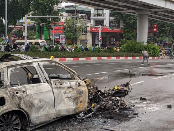 Va chạm với xe máy, xe ô tô bốc cháy dữ dội ảnh 8