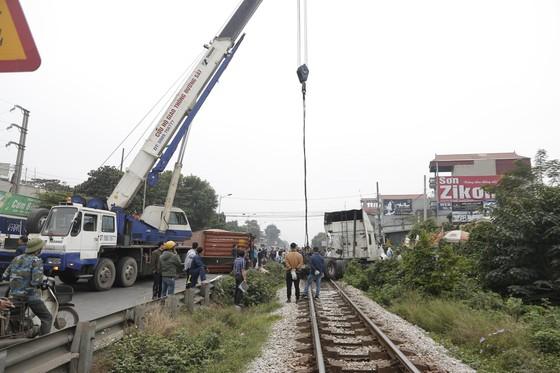 Container bị tông đứt đôi khi tài xế cố băng qua đường sắt ảnh 1