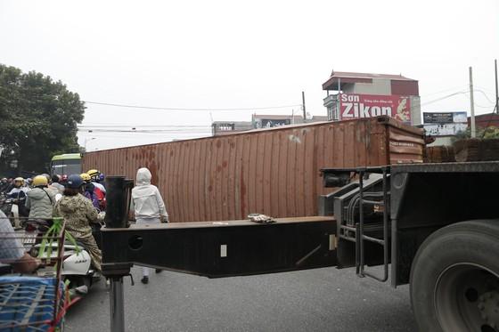 Container bị tông đứt đôi khi tài xế cố băng qua đường sắt ảnh 2