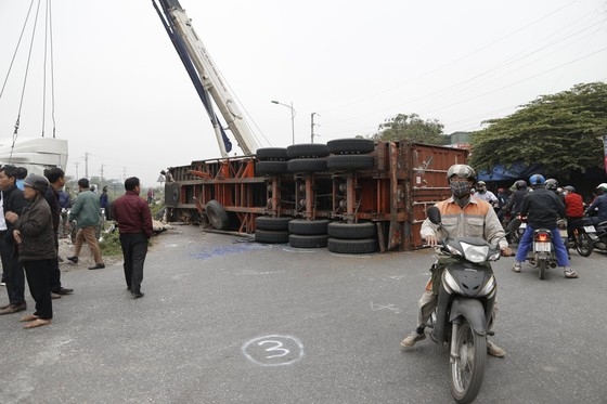 Container bị tông đứt đôi khi tài xế cố băng qua đường sắt ảnh 3