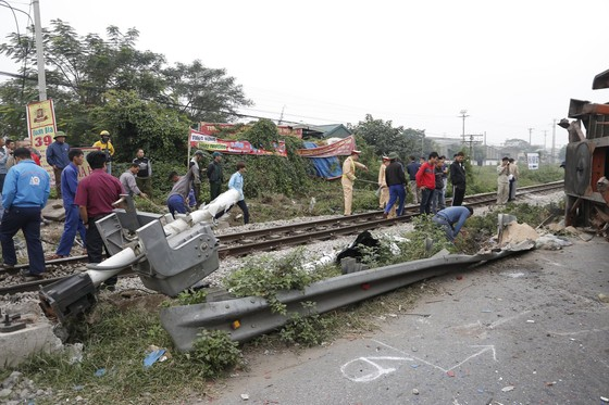 Container bị tông đứt đôi khi tài xế cố băng qua đường sắt ảnh 4