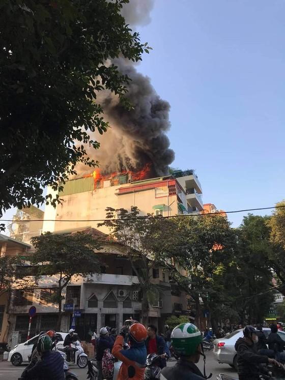 Cháy lớn tại quán karaoke trên phố Thi Sách ảnh 1