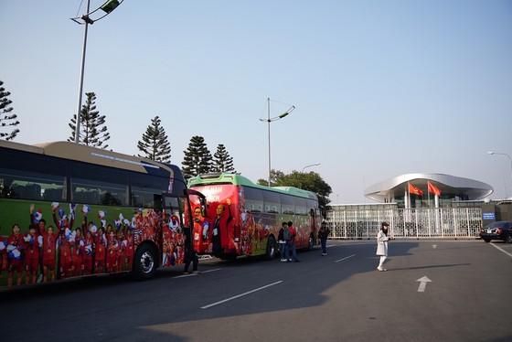 Người hâm mộ có mặt rất sớm đón các cầu thủ U22 và đội tuyển nữ Việt Nam ảnh 3