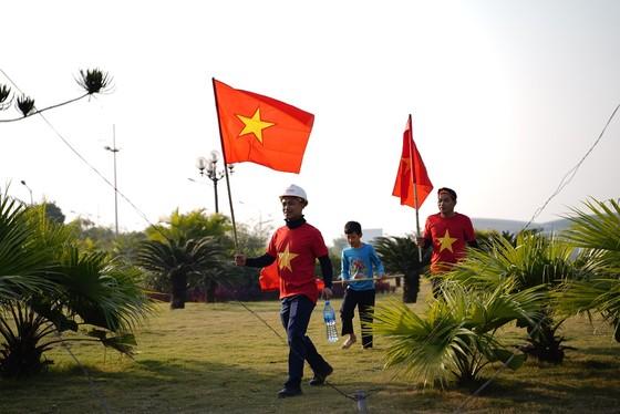 Người hâm mộ có mặt rất sớm đón các cầu thủ U22 và đội tuyển nữ Việt Nam ảnh 2