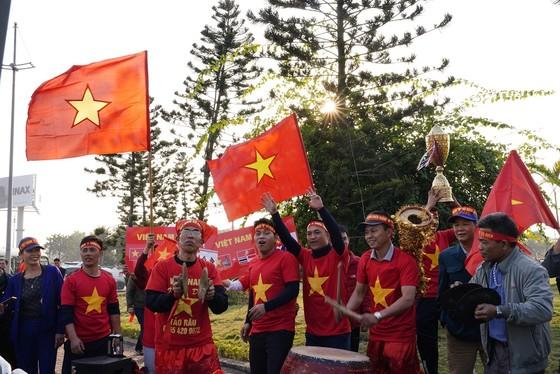 Người hâm mộ có mặt rất sớm đón các cầu thủ U22 và đội tuyển nữ Việt Nam ảnh 4