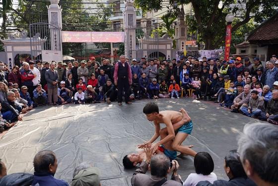 Thanh niên đọ sức tại lễ hội vật làng Mai Động ảnh 1