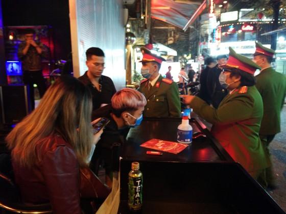 Công an Hà Nội kiểm tra các quán bar, karaoke phòng dịch Covid-19 ảnh 1