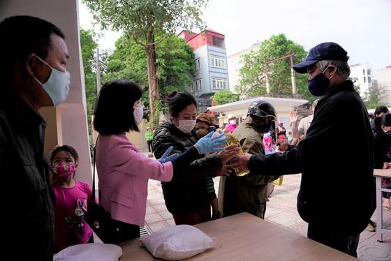 Thêm điểm phát gạo miễn phí cho người khó khăn ở Hà Nội ảnh 11