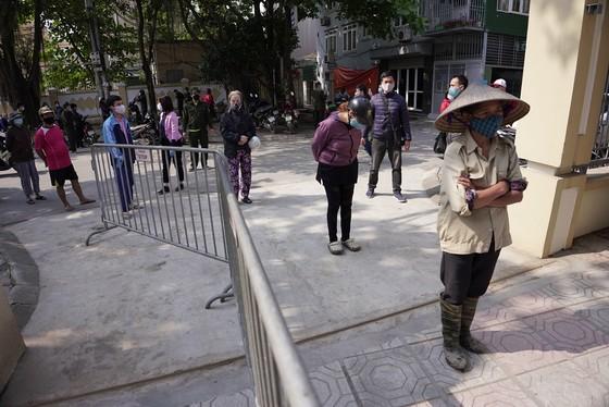 Thêm điểm phát gạo miễn phí cho người khó khăn ở Hà Nội ảnh 3