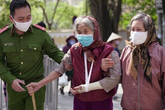 Thêm điểm phát gạo miễn phí cho người khó khăn ở Hà Nội ảnh 8