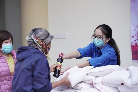 Thêm điểm phát gạo miễn phí cho người khó khăn ở Hà Nội ảnh 9