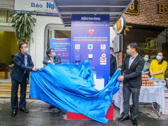 Thêm cây 'ATM thực phẩm miễn phí' cho người khó khăn tại Hà Nội ảnh 1