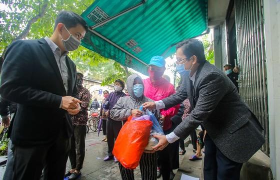Thêm cây 'ATM thực phẩm miễn phí' cho người khó khăn tại Hà Nội ảnh 7
