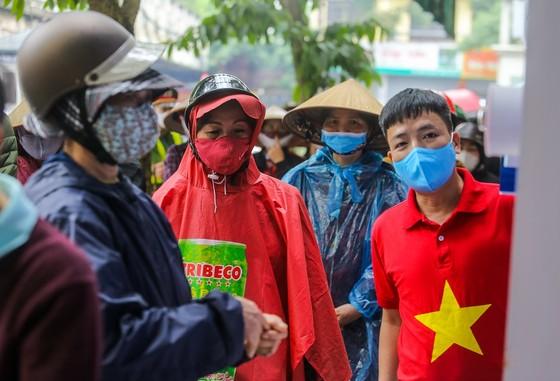 Thêm cây 'ATM thực phẩm miễn phí' cho người khó khăn tại Hà Nội ảnh 9