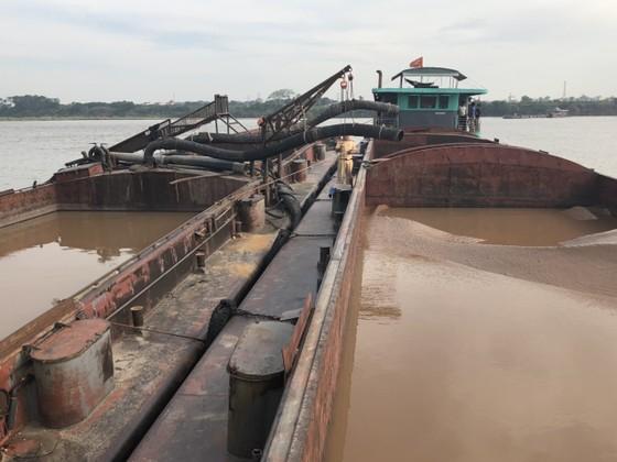 Bắt giữ 8 phương tiện khai thác cát trái phép trên sông Hồng ảnh 1