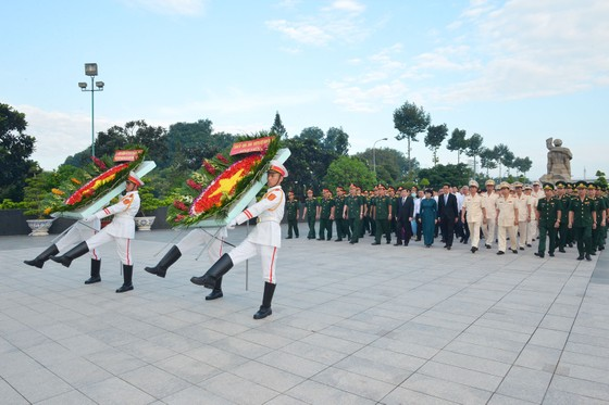 Lãnh đạo TPHCM dâng hương tưởng niệm các anh hùng liệt sĩ ảnh 1