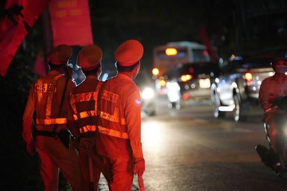 Hà Nội: CSGT xuyên đêm tuần tra, kiểm soát nồng độ cồn, ma túy ảnh 2