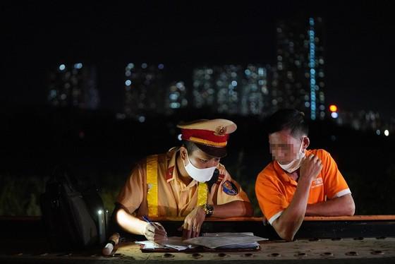 Hà Nội: CSGT xuyên đêm tuần tra, kiểm soát nồng độ cồn, ma túy ảnh 8