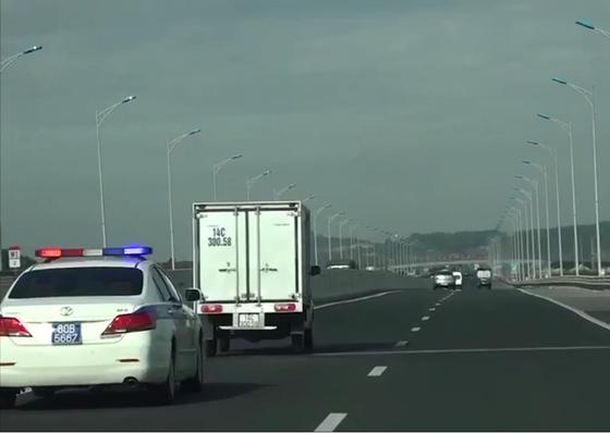 Xử phạt 2 tài xế không nhường đường cho xe ưu tiên ảnh 1