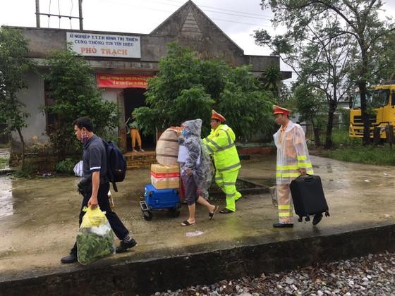 Cục Cảnh sát giao thông cùng người dân khắc phục sự cố đường sắt do mưa bão ở miền Trung ảnh 3