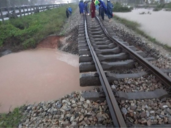 Cục Cảnh sát giao thông cùng người dân khắc phục sự cố đường sắt do mưa bão ở miền Trung ảnh 1