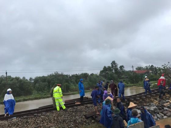 Cục Cảnh sát giao thông cùng người dân khắc phục sự cố đường sắt do mưa bão ở miền Trung ảnh 2