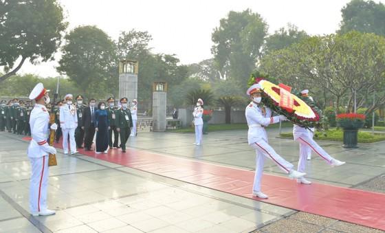 Đại biểu Đại hội Thi đua yêu nước toàn quốc lần thứ X vào Lăng viếng Chủ tịch Hồ Chí Minh ảnh 6