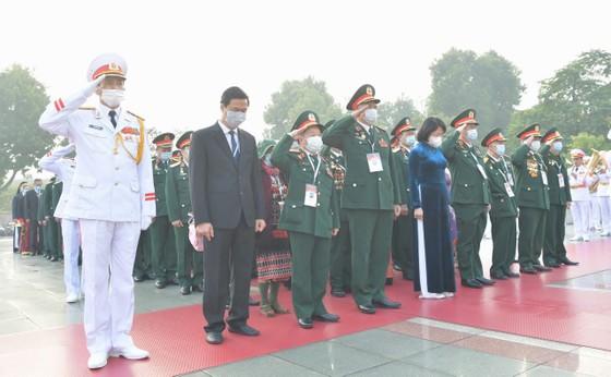 Đại biểu Đại hội Thi đua yêu nước toàn quốc lần thứ X vào Lăng viếng Chủ tịch Hồ Chí Minh ảnh 7