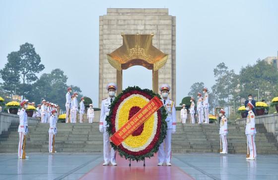 Đại biểu Đại hội Thi đua yêu nước toàn quốc lần thứ X vào Lăng viếng Chủ tịch Hồ Chí Minh ảnh 5