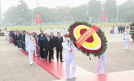 Đại biểu Đại hội Thi đua yêu nước toàn quốc lần thứ X vào Lăng viếng Chủ tịch Hồ Chí Minh ảnh 1