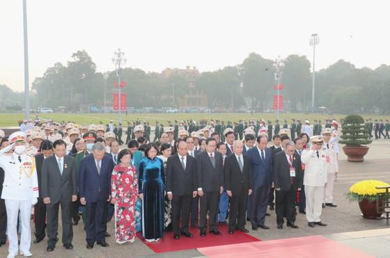 Đại biểu Đại hội Thi đua yêu nước toàn quốc lần thứ X vào Lăng viếng Chủ tịch Hồ Chí Minh ảnh 2