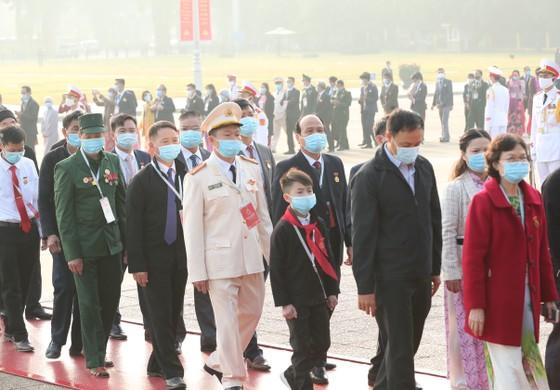 Đại biểu Đại hội Thi đua yêu nước toàn quốc lần thứ X vào Lăng viếng Chủ tịch Hồ Chí Minh ảnh 3