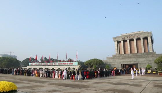 Đại biểu Đại hội Thi đua yêu nước toàn quốc lần thứ X vào Lăng viếng Chủ tịch Hồ Chí Minh ảnh 4