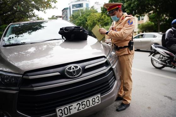 Hà Nội: Tài xế bất ngờ khi bị CSGT dán thông báo phạt nguội lên ôtô ảnh 1