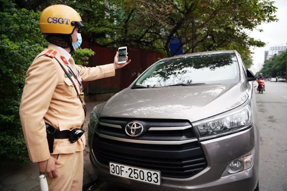 Hà Nội: Tài xế bất ngờ khi bị CSGT dán thông báo phạt nguội lên ôtô ảnh 3
