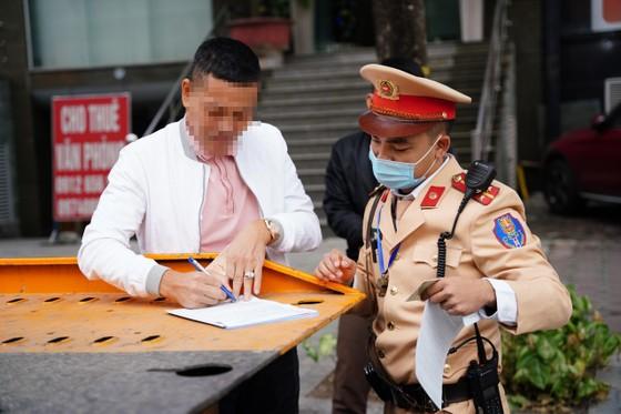 Hà Nội: Tài xế bất ngờ khi bị CSGT dán thông báo phạt nguội lên ôtô ảnh 2
