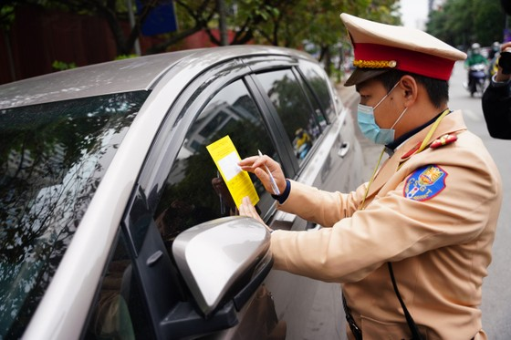 Hà Nội: Tài xế bất ngờ khi bị CSGT dán thông báo phạt nguội lên ôtô ảnh 4