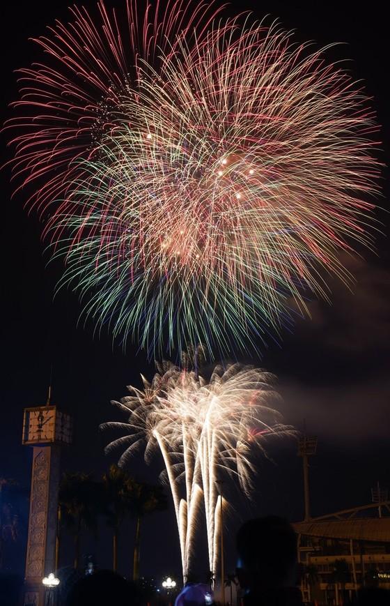 Mãn nhãn với màn pháo hoa chào đón năm mới tại Hà Nội ảnh 6