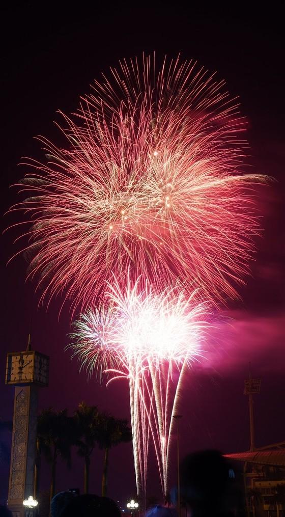 Mãn nhãn với màn pháo hoa chào đón năm mới tại Hà Nội ảnh 7
