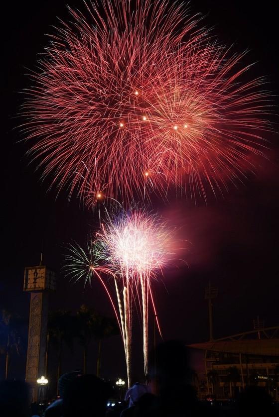 Mãn nhãn với màn pháo hoa chào đón năm mới tại Hà Nội ảnh 12
