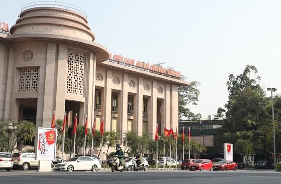 Đường phố Hà Nội 'thay áo mới' chào mừng Đại hội Đảng lần thứ XIII ảnh 11