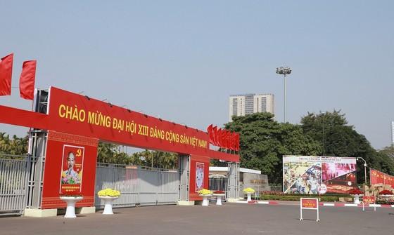 Đường phố Hà Nội 'thay áo mới' chào mừng Đại hội Đảng lần thứ XIII ảnh 6