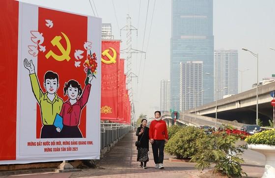 Đường phố Hà Nội 'thay áo mới' chào mừng Đại hội Đảng lần thứ XIII ảnh 7
