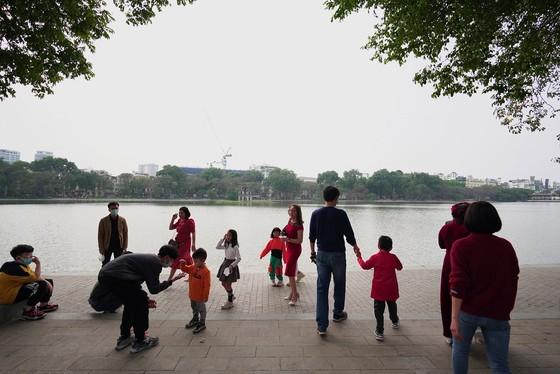 Hàng nghìn người du xuân ở hồ Hoàn Kiếm ảnh 5