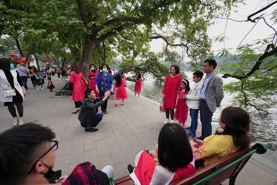 Hàng nghìn người du xuân ở hồ Hoàn Kiếm ảnh 7