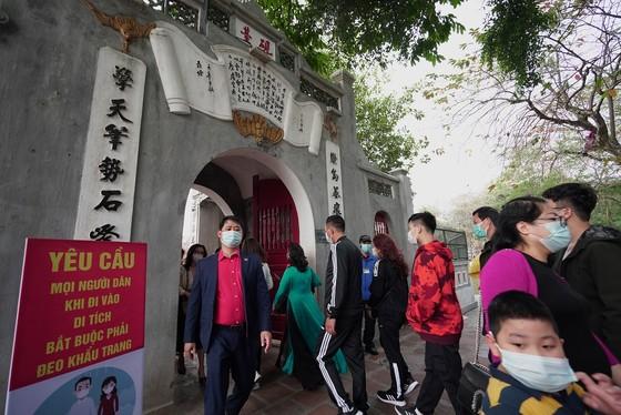 Hàng nghìn người du xuân ở hồ Hoàn Kiếm ảnh 14