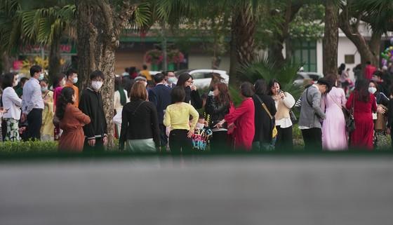 Hàng nghìn người du xuân ở hồ Hoàn Kiếm ảnh 10