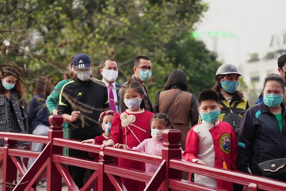 Hàng nghìn người du xuân ở hồ Hoàn Kiếm ảnh 17