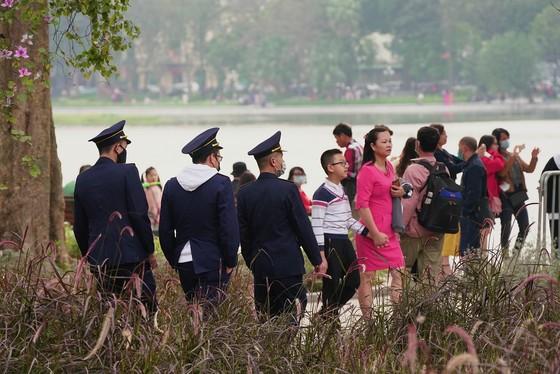 Hàng nghìn người du xuân ở hồ Hoàn Kiếm ảnh 21